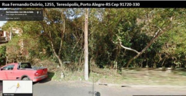 Terreno no bairro Teresópolis (Porto Alegre), arborizado com leve inclinação. Mede 18 x 35.