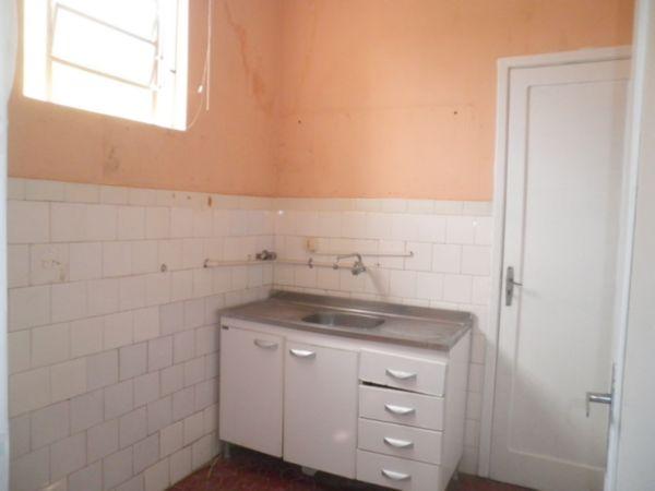 Apartamento 1 dormitório no bairro Auxiliadora Porto Alegre: Ap em excelente localização na Plinio, próximo a Igreja Auxiliadora, 1 dormitório com ventilação cruzada, banheiro com ventilação direta, cozinha, área de serviço separada, 1 lance de escadas.